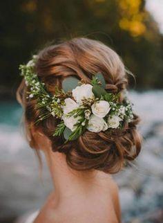 Confira quais são os penteados mais indicados para este estilo de celebração! Por Zankyou*