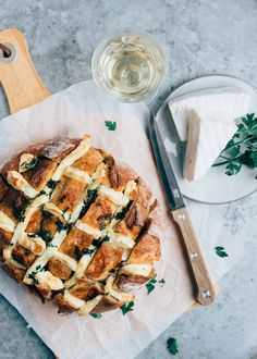 Shot bread with Brie - Types of Cheese 1001 A Food, Good Food, Food And Drink, Yummy Food, Tapas, Vegetarian Recipes, Cooking Recipes, I Want Food, Flower Food