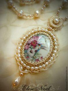 beaded bezel for cameo necklace Bead Embroidery Jewelry, Beaded Jewelry Patterns, Beaded Embroidery, Bead Embroidery Tutorial, Seed Bead Necklace, Seed Bead Jewelry, Cameo Necklace, Pearl Necklace, Beaded Brooch