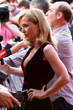 LOVE Gillian! <3! She's got it covered from hottie to mommy!
