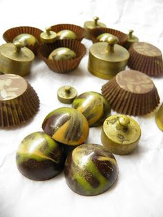 Csokoládé Reformer: Mogador bonbon Macaron, Stuffed Mushrooms, Beverages, Place Card Holders, Chocolate, Vegetables, Balls, Food, Candy