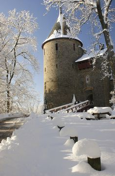 Castell Coch, Tongwynlais, Cardiff, Wales, has the most amazing ceiling. Castle Ruins, Medieval Castle, Snow Scenes, Winter Scenes, Beautiful Castles, Beautiful Places, Welsh Castles, England And Scotland, South Wales