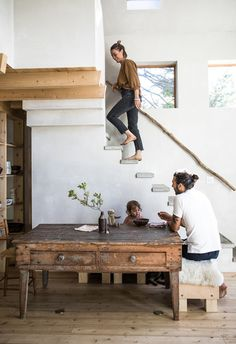 In Maine, a house built with Japanese-style soot colors and charred cedar slats. - Home decorating ideas - In Maine, a house built with Japanese-style soot colors and charred cedar slats. Kitchen Open Concept, Interior Design Living Room, Interior Decorating, Kitchen Interior, Decorating Ideas, House Slide, House Built, Style At Home, Home Fashion