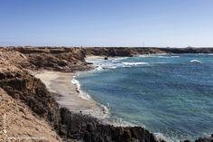 La Playa de Ojos se encuentra situada entre la Punta de la Turbina y la Punta del Corralito, en la península de Jandía, a unos 2 kilómetros del Puertito de la Cruz..