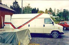 Puuvajan ensimmäinen omilla teipeillä varustettu pakettiauto.