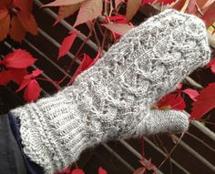Ravelry: Lumikki pattern by Salma Pohjola - cute, free pattern -- but not in English! Knit Mittens, Knitting Socks, Knit Socks, Fingerless Gloves, Arm Warmers, Knitting Patterns, Knitting Ideas, Ravelry, Needlework