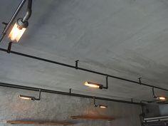 店舗照明 天井に張り巡らせた鋼管から灯りを取り出します