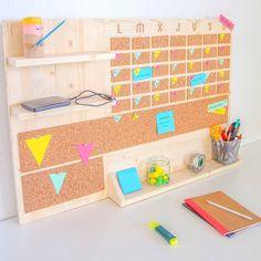 Crea un organizador vertical de escritorio de madera con un calendario mensual, corcho para poner tus notas y varias repisas. Wooden Desk Organizer, Desk Organization Diy, Diy Casa, Diy Room Decor, Ideas Para, Design, Diy Bedroom, Bedroom Desk, Trendy Bedroom