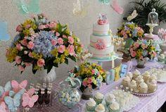 Usando cores em tons pastel, o chá de bebê da pequena Luísa contou com toques de delicadeza em todos os elementos da decoração: das flores e doces ao bolo e enfeites. Confira! #festinha #borboletas