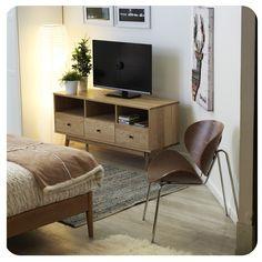 #Dormitorio #Bedroom #Mueble #Madera #Wood #Inspiration #Idea #Homy #Chair #Silla #Invierno #Winter #Deco Corner Desk, Flat Screen, Decor Ideas, Spaces, Furniture, Home Decor, House Decorations, Houses, Yurts