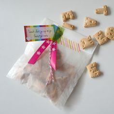 Koekjes uitdelen in deze vrolijk versierde zakjes. #trakteren.