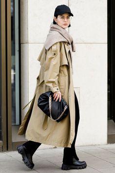 С кепкой, ботинками на брутальной подошве и свитером вместо шарфа | 10 идей, как носить тренч осенью | Vogue Russia Trench Coat Outfit, Beige Trench Coat, Korean Fashion, Duster Coat, Raincoat, Street Style, Style Inspiration, Vogue, Jackets