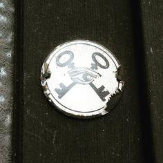 Poznate tento symbol? Umiestnoval sa na vstupne dvere koncom 19. A zaciatkom 20. storocia. ... #kluce #keys #oko #eye #slobodomurari :) #symbol #smalt #smaltovatabulka #freemason Personalized Items, Life, Instagram