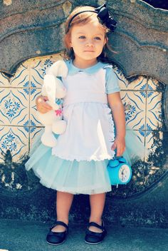 Vestido Infantil festa temática | Alice no País das Maravilhas Alice In Wonderland Crafts, Wonderland Costumes, Baby Costumes, Cosplay Costumes, Halloween Costumes, Alice Costume, Fall Halloween, Photo Sessions, Baby Dress