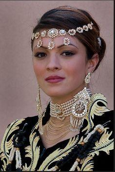 Algerian Fashion: Headpiece and jewlrey Worlds Beautiful Women, Beautiful Women Over 50, Beautiful Gorgeous, Beautiful People, Arab Wedding, Muslim Women Fashion, Oriental Dress, Moroccan Caftan, Beautiful Costumes