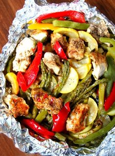 Chicken and Vegetable Foil Packets. Grilled Chicken and Vegetable Foil Packets an easy dinner packed with tons of flavor! Foil Packet Dinners, Foil Pack Meals, Foil Dinners, Grilling Foil Packets, Grilled Vegetables, Grilled Meat, Chicken And Vegetables, Grilled Steaks, Chicken Packets
