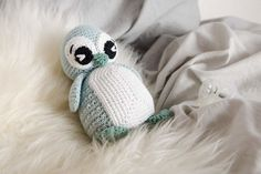 If you are looking for beautiful looking baby booties, look no further. This is so lovely and this is something you can make and is perfect for a 3 to 6 months baby size and perfect as a handmade gift for friends and family. Crochet Birds, Crochet Animals, Diy Crochet, Crochet Toys, Baby Knitting Patterns, Crochet Patterns, Drops Design, Crochet Baby Blanket Beginner, Crochet Baby Booties