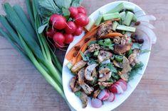 Met goed gevulde salades zit je altijd goed. In deze vegan salade zitten warme, aardse smaken die perfect bij elkaar passen. Het recept vind je hier!
