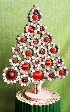Cute. Could use dowels. Noel Christmas, Cork Christmas Trees, Christmas 2019, Xmas Tree, Christmas Wreaths, Christmas Ornaments, Wine Cork Crafts, Wine Cork Art, Wine Cork Projects