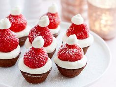 Kerstmutsjes van chocolade en aardbei: nog een snel ideetje voor je kerstmenu. Christmas Food Treats, Christmas Desserts, Christmas Baking, Buffet Dessert, Pie Dessert, Dessert Recipes, Gourmet Breakfast, Morning Food, Creative Food