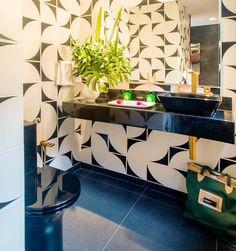 Em tons e estampas diferentes, as cerâmicas podem dar novos ares aos banheiros, valorizando os detalhes e conferindo personalidade