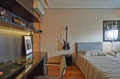 guitarra na parede quarto masculino