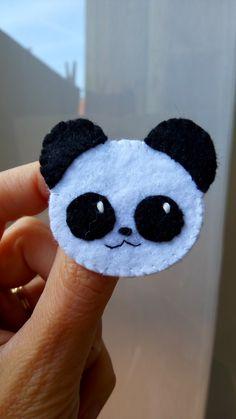 Broche panda en feutrine cousue à la main