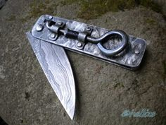 Tinker's folder by hellize - It is 12.3 cm long when closed and 21.8 cm when opened. The blade is 9.8 cm long, 3.2 cm wide and 5 mm thick at its base. It was forged it using 5160, 1.2516 and L6 and it has several hundred layers.