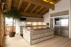 rustykalna kuchnia, kuchnia w górskiej chacie, zimowy wystrój wnętrz, drewniana kuchnia. Zobacz więcej na: https://www.homify.pl/katalogi-inspiracji/11429/luksus-na-stoku-chatka-narciarska-w-austrii