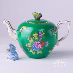 Herend fine china Tea Pot w. Butterfly Knob - Herend Queen Victoria VBO design on Green Background. 1 pc – Tea Pot – vol 8 dl OZ) VE-FV - Gre Porcelain Dinnerware, Porcelain Ceramics, Painted Porcelain, China Porcelain, Hand Painted, Teapots Unique, Perfect Cup Of Tea, Tea Sets Vintage, Teapots And Cups