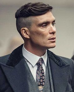 Everything about Peaky Blinders Haircuts are in this article. Thomas Shelby haircut, Arthur Shelby haircut, how to get them and more. John Shelby Peaky Blinders, Peaky Blinders Tv Series, Peaky Blinders Poster, Peaky Blinders Thomas, Cillian Murphy Peaky Blinders, Peaky Blinders Frisur, Peaky Blinders Hairstyle, Tommy Shelby Hair, Cillian Murphy Haircut
