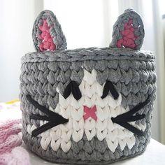 Ana Lumiar - Crochet Designer (@analumiarcrochet)   Instagram photos and videos Crochet Box, Crochet Gifts, Crochet For Kids, Crochet Flowers, Crochet Coffee Cozy, Knit Basket, T Shirt Yarn, Handmade Accessories, Hello Kitty