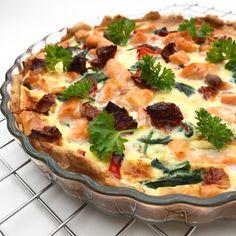 Antal personer: 4-6 [opskrift] Tærtebund:100 g. hvid hvedemel/andet fuldkornsmel100 g. hvedemel100 g. smør0,5 tsk. salt1-2 spsk. vand Fyld:olie2 fed hvidløgFrisk chili250 g. frisk spinat1 stk. rød peber30 g. soltørrede tomater250 g. laks4 æg2 dl. madlavningflødeSalt og peber [/opskrift] [made] 1. Først laves tærtedeje Easy Cooking, Cooking Recipes, Vegan Runner, Vegan Gains, Pizza Snacks, Danish Food, Easy Food To Make, Greek Recipes, Danish Recipes
