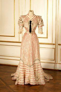 Resort dress worn by Empress Elisabeth of Austria, 1890s.