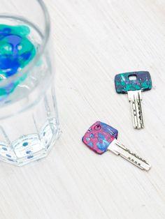 Schlüssel mit verschiedenen Farben und Mustern kennzeichnen. Am besten im DIY-Stil und altem Nagellack.