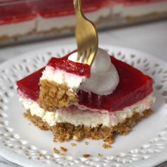 Raspberry Jello Pretzel Salad- <Raspberry Jello Pretzel Salad Raspberry jello pretzel salad -one of my all time favorite jello salads. The cream cheese mixture and salted pretzel crust mixed with the raspberry jello is the perfect combo! Diy Dessert, Dessert Oreo, Jello Desserts, Summer Dessert Recipes, Jello Recipes, Holiday Desserts, Easy Desserts, Delicious Desserts, Yummy Food