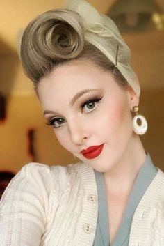 24 Modern-To-Vintage Victory Rolls styles for adding pin-up vibes - # add # styles # vibes - - Vintage Haircuts, 1940s Hairstyles, Hairstyles For Round Faces, Braided Hairstyles, Wedding Hairstyles, Hairstyles Videos, Formal Hairstyles, Wedding Updo, Cabelo Pin Up