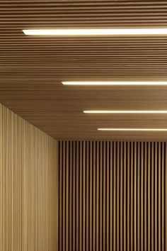 lambris mur et plafond en lamelles de bois et éclairage intégré Wood Slat Ceiling, Wood Slat Wall, Wooden Ceilings, Wooden Slats, Concrete Wall, Brick Wall, Wood Paneling, Fabric Ceiling, Timber Panelling