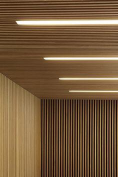 lambris mur et plafond en lamelles de bois et éclairage intégré Wood Slat Ceiling, Wood Slat Wall, Wooden Ceilings, Wooden Slats, Wood Walls, Concrete Wall, Brick Wall, Fabric Ceiling, Timber Slats