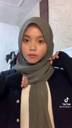 Simple Hijab Tutorial, Hijab Style Tutorial, Street Hijab Fashion, Muslim Fashion, Fashion Outfits, Stylish Hijab, Casual Hijab Outfit, Pashmina Hijab Tutorial, How To Wear Hijab