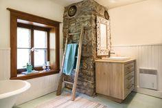 Maison ancienne: Charme absolu! | Les idées de ma maison © TVA Publications | Photos: François Laliberté #deco #patrimoine #salledebain #pierres #bois