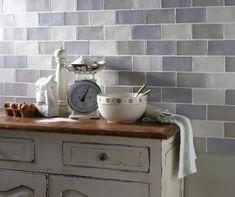 Küchenwand mit Vintage Fliesen in grauen Nuancen verfliest                                                                                                                                                                                 Mehr