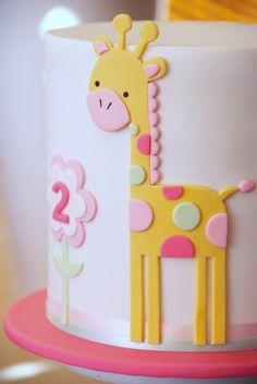 gâteau d'anniversaire orné d'une belle giraffe