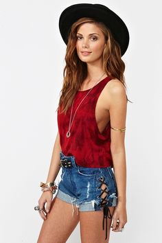 I'm not even a huge fan of hats and I love this. I absolutely ADORE the color of her tank. and those shorts? to die for.
