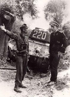 SS-Sturmbannführer Hubert-Erwin Meierdress (rechts), Kommandant des 3. Panzerregiments der Division Totenkopf - hier neben einem unbekanntem SS-Hauptsturmführer - im Hintergrund ein T-34, warscheinlich als Beutepanzer