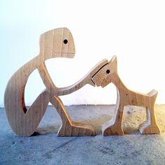 """sculpture en bois chantourné """"un mec qui caresse son chien"""""""