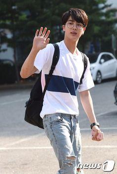 Look at his phone 😂 I stan pink princess Jin 💜 Seokjin, Kim Namjoon, Hoseok Bts, Taehyung, Namjin, Bts Jin, Foto Bts, Btob, K Pop