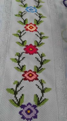 Jogo De Toalhas, Toalhas Bordadas, Arte Ponto Cruz, Padrões De Ponto Cruz… – Tesettür Eşarp Modelleri 2020 – Tesettür Modelleri ve Modası 2019 ve 2020 Simple Cross Stitch, Cross Stitch Borders, Cross Stitch Flowers, Cross Stitch Designs, Cross Stitching, Cross Stitch Embroidery, Hand Embroidery, Cross Stitch Patterns, Palestinian Embroidery