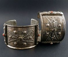 North Eastern Algeria | Pair of 'khal khal' anklets; plate silver with imitation coral | ca. 2nd half of the 20th century | 660€