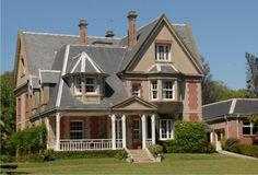 Villa Silvina (Quintana 1949), en manos privadas, puede apreciarse desde la vereda. La residencia de estilo pintoresquita francés perteneció a los escritores Silvina Ocampo y Adolfo Bioy Casares.